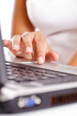 tapping: Finger toccando mousepad su un computer portatile