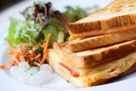 뜨거운 햄과 치즈 샌드위치