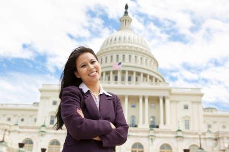 워싱턴 DC에있는 미국 국회 의사당 건물에서 아시아 비즈니스 여자