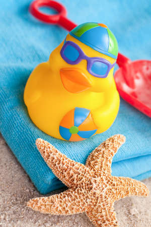 pato de hule: Beach pato y juguetes en la arena Foto de archivo
