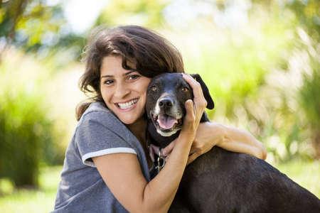 femme et chien: Une femme et son chien Banque d'images