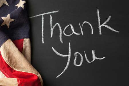 Grazie firmare con l'annata bandiera americana Archivio Fotografico - 20480530