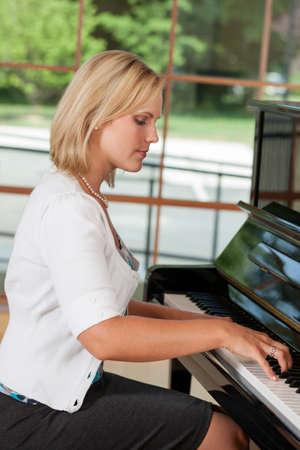 Midden oude vrouw het spelen van de piano