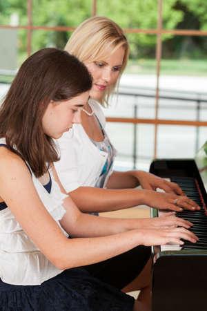 트윈 여자 학생에게 교훈을주는 피아노 선생님