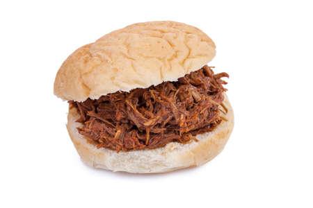 바비큐는 흰색 배경에 고립 된 돼지 고기 샌드위치를 뽑아
