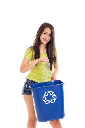 niños reciclando: Muchacha adolescente tirar botellas de plástico en un contenedor de reciclaje aislados en blanco