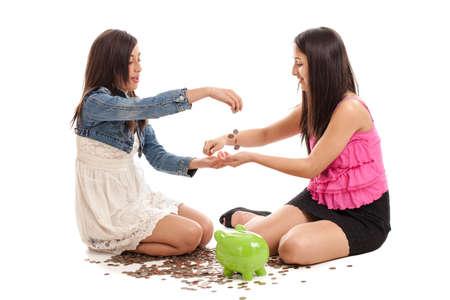 contando dinero: Tween y hermanas adolescentes contando el dinero de una hucha aislados en blanco