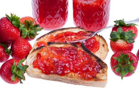 Aardbeienjam op sneetjes toast geïsoleerd op een witte achtergrond