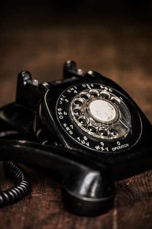 Noir sale téléphone vintage poussiéreux sur une table de ferme en bois vintage avec grain ajouté Banque d'images - 22971181
