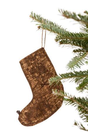 branche sapin noel: Bas de No�l ornement pend � une branche d'arbre de No�l isol� sur blanc Banque d'images
