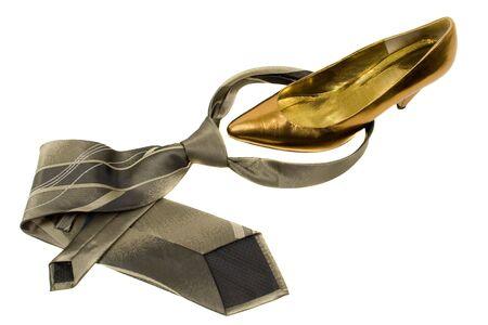 トラップ: 女性の金の靴と男の緑のネクタイ 写真素材 - 438830