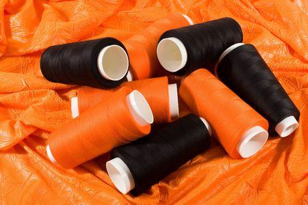 주황색 천에 검은 색과 오렌지색 실밥밥 스톡 콘텐츠