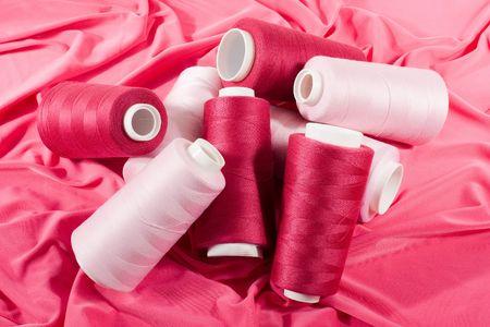 중간 핑크색 천에 라이트 핑크와 퍼플 실 스톡 콘텐츠