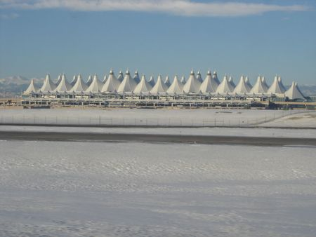 Winter Schnee auf Start-und Landebahn in Denver International Airport
