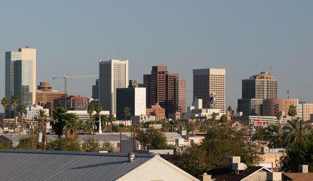 ave fenix: �nica rascacielos y Casas de Familia en el Centro de la ciudad Los techos de Phoenix, AZ  Foto de archivo