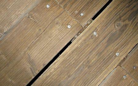 釘の頭部とのギャップの古い木製の通路のセグメント
