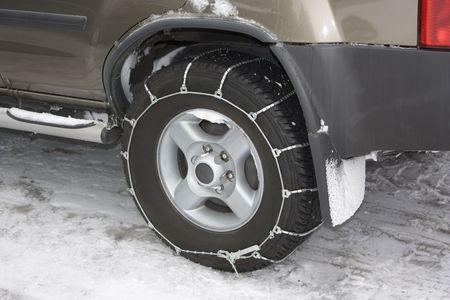 Aangebrachte metalen sneeuw keten voertuig moe