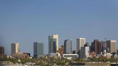 ave fenix: Azul cielo Cityscape, de Phoenix, centro de la ciudad en el Midst de veranos calurosos de Arizona