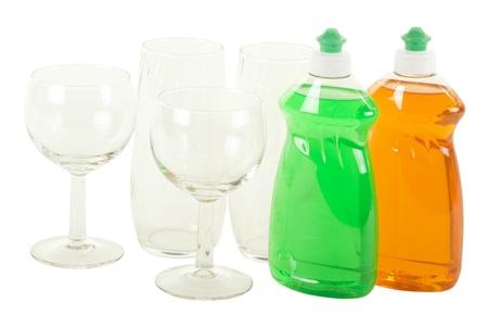 lavar platos: Dos botellas de líquido para lavar vajilla con gafas; aisladas sobre fondo blanco
