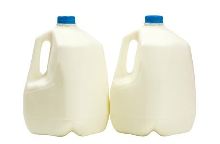 플라스틱 용기에 우유 2 갤런; 흰 배경에 고립 된