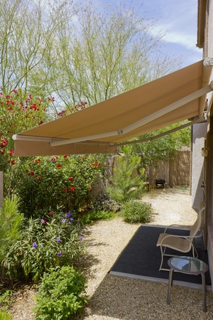 Automatic retractable awning for extra shade
