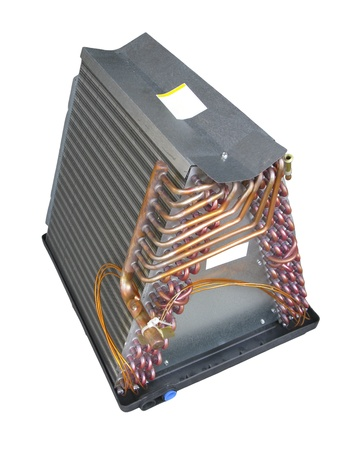 bobina: Bobina o parte del evaporador de aire acondicionado central, aisladas sobre fondo blanco Foto de archivo
