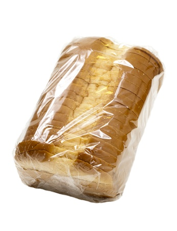 bolsa de pan: Rebanada de pan blanco país en una envoltura de plástico, aislado sobre fondo blanco