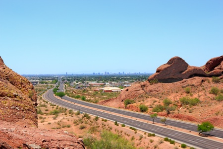 McDowell Road hasta el centro de Phoenix, monta�as parque Papago, Arizona photo