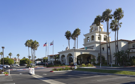 ca: OXNARD, CA – AUGUST 21, 2014: Clean parking lot and hotel main entrance ready for arriving guests, Embassy Suites resort hotel Editorial
