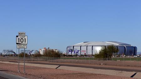seahawks: GLENDALE, AZ - 24 de enero de 2015: Una semana antes del Super Bowl XLIX, muestra de la carretera Loop 101 cerca de la Universidad de Phoenix Cardinal Stadium, donde los New England Patriots juegan Seattle Seahawks en 01 de febrero 2015