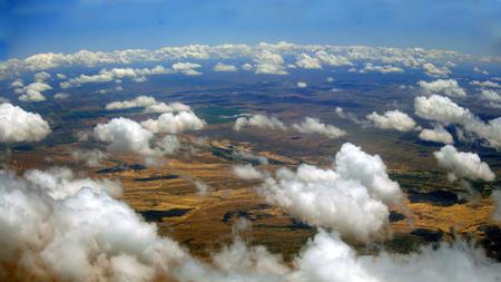 ave fenix: Vista de p�jaro del desierto de Arizona, cerca de Phoenix Metro en un d�a nublado raras