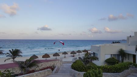 motorizado: El vuelo de la tarde de parasailer motorizados sobre la playa de arena blanca de La Isla Dorado Canc�n M�xico