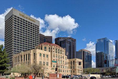 PHOENIX, AZ, USA - FEBRUARY 28, 2018: Modern skyscrapers towering above historic Phoenix City Hall at Cesar Chavez Memorial Plaza in downtown of major Arizona city of Phoenix. Publikacyjne