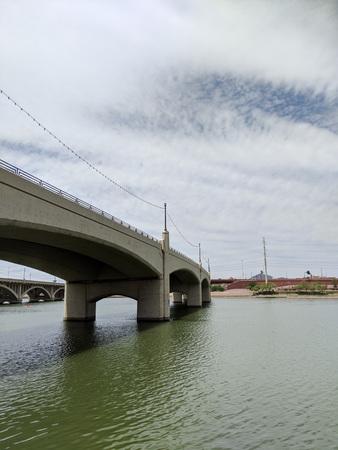 Mill avenue bridge across Salt River Lake in Tempe,AZ Zdjęcie Seryjne - 104645619