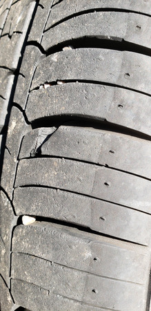 Punctured rib in damaged thread surface of automobile tire, close up Zdjęcie Seryjne - 106585578