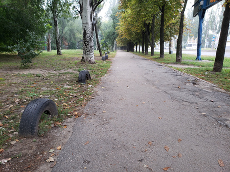 City sidewalk with first fallen leaves  in the early hour of Autumn morning Zdjęcie Seryjne