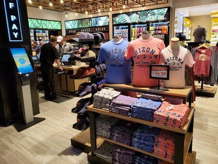 PHOENIX, AZ, USA - MARCH 31, 2019:  Late night gift shopping in airport convenience boutique, Sky Harbor, Phoenix, Arizona Publikacyjne