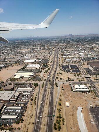 Bird eye view of city of Phoenix from airplane climbing to its cruise altitude, Arizona Zdjęcie Seryjne - 131751277