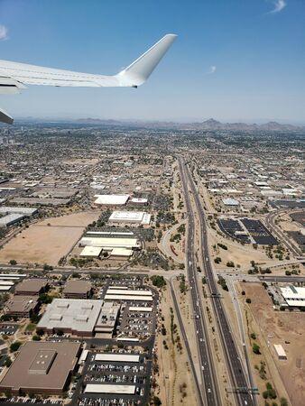 Bird eye view of city of Phoenix from airplane climbing to its cruise altitude, Arizona Zdjęcie Seryjne - 131751173