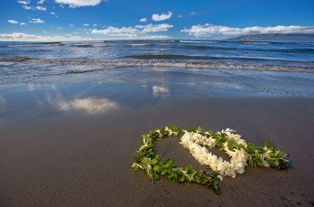 leis: Fiore a forma di cuore lei e foglia ghirlanda (matrimonio ILO) su una spiaggia tropicale