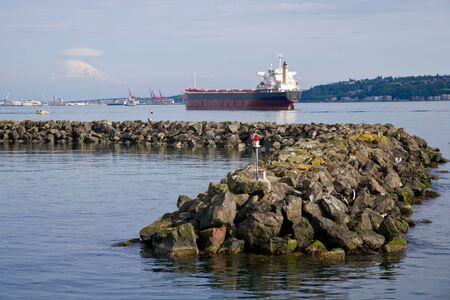 puget sound: Seascape sul Puget Sound di navi da carico e rock molo, Mount Rainier a distanza.
