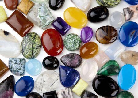 cabochon: Variet� di pietre cabochon su sfondo bianco