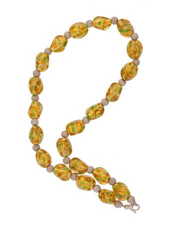joyas de oro: collar de color amarillo sobre fondo blanco Foto de archivo