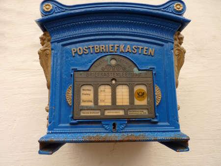 Alte blaue Mailbox von vorne Lizenzfreie Bilder