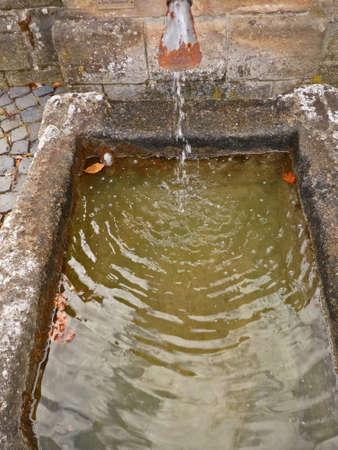 Steintrog als Brunnen