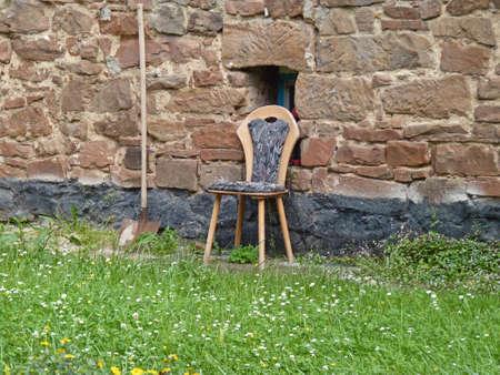 Forgotten Stuhl und Eimer vor dem Haus