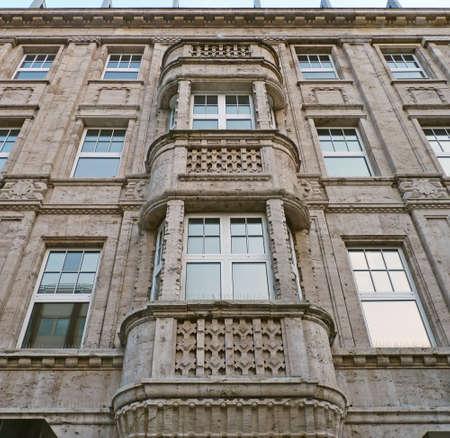Fassade eines Wohn-und Bürogebäudes in Köln Lizenzfreie Bilder