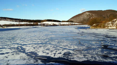 Spuren im Schnee in Winterlandschaft