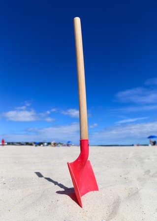 Red beach shovel Reklamní fotografie