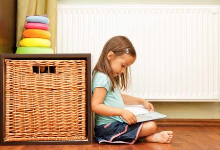 bambina che legge un libro Archivio Fotografico